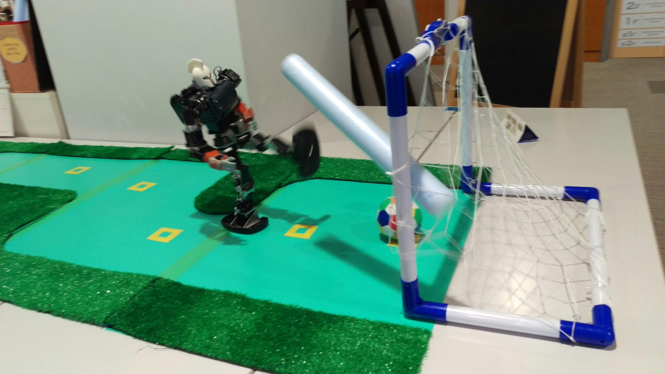 ゴールにシュートを決めろ!<br> ロボットサッカー・バスケ体験操縦